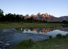 Salida del sol en las montañas imágenes de archivo libres de regalías