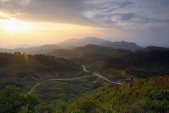 Salida del sol en las montañas. Foto de archivo libre de regalías