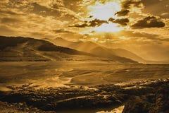 Salida del sol en las montañas fotografía de archivo libre de regalías