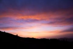 Salida del sol en las montañas Foto de archivo libre de regalías