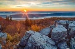 Salida del sol en las montañas de Allegheny de Virginia Occidental Foto de archivo libre de regalías