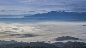 Salida del sol en las montañas de Tatra con las nubes que fluyen, Polonia almacen de video