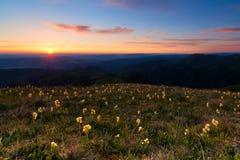 Salida del sol en las montañas del Cáucaso Parque natural de Adygea Thach grande Imagenes de archivo