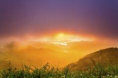 Salida del sol en las montañas en el verano de Hong Kong Imagenes de archivo
