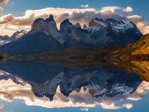 Salida del sol en las montañas del parque nacional de Torres del Paine, del lago Pehoe y de Cuernos, Patagonia, Chile fotografía de archivo libre de regalías