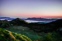 Salida del sol en las monta?as foto de archivo libre de regalías