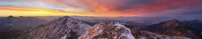 Salida del sol en las montañas Fotografía de archivo