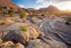 Salida del sol en las montañas del barranco del desierto Fotos de archivo libres de regalías