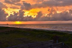 Salida del sol en las nubes tempestuosas en el Atlántico Fotografía de archivo