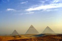 Salida del sol en las pirámides de Giza imagen de archivo libre de regalías