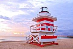 Salida del sol en Miami Beach la Florida, con un salvavidas colorido hous Fotos de archivo
