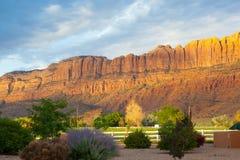 Salida del sol en Moab cerca de la entrada principal a los arcos famosos Nati Foto de archivo
