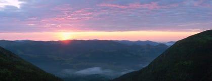 Salida del sol en montaña Imagenes de archivo
