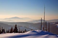 Salida del sol en montañas foto de archivo libre de regalías