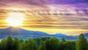 Salida del sol en montañas imagen de archivo