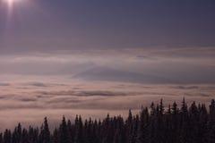 Salida del sol en montañas en invierno Imagen de archivo