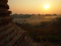 Salida del sol en Mrauk U fotografía de archivo