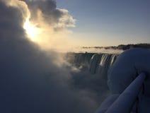 Salida del sol en Niagara Falls en febrero Foto de archivo libre de regalías