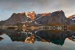 Salida del sol en Noruega con la reflexión Foto de archivo libre de regalías