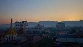 Salida del sol en Nyaungshwe, Myanmar almacen de video