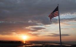 Salida del sol en Ogunquit Maine con la bandera americana imagenes de archivo