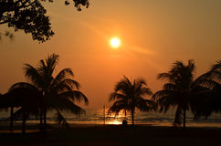 Salida del sol en Pantai Batu Hitam Foto de archivo