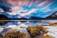 Salida del sol en parque nacional del lago bermellón, Banff Imagen de archivo