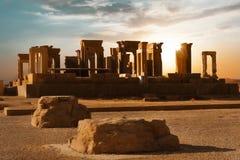 Salida del sol en Persepolis, capital del reino antiguo del Achaemenid Columnas antiguas vista de Irán Persia antigua foto de archivo