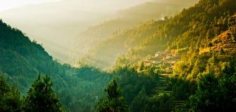 Salida del sol en pueblo de Himalaya Imágenes de archivo libres de regalías