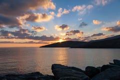 Salida del sol en puerto de la isla griega Kythnos Foto de archivo