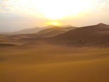 Salida del sol en Sáhara Fotos de archivo libres de regalías