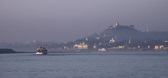 Salida del sol en Sagaing en el Irrawaddy Imagen de archivo libre de regalías