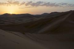 Salida del sol en Sahara Desert, Marruecos marruecos África Foto de archivo libre de regalías