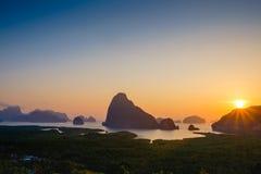 Salida del sol en Samet Nangshe, nuevo punto de opinión de Phangnga imagenes de archivo