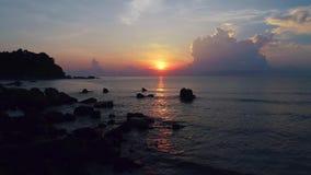 Salida del sol en Telok Cempedak, Malasia almacen de metraje de vídeo