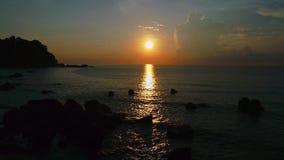 Salida del sol en Telok Cempedak, Malasia II almacen de video