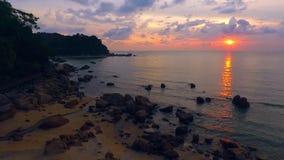 Salida del sol en Telok Cempedak, Malasia IV almacen de video