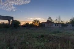 Salida del sol en un área abandonada Fotografía de archivo