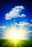 Salida del sol en un campo verde Fotos de archivo libres de regalías