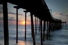 Salida del sol en un embarcadero externo de las baterías Imagenes de archivo