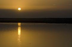 Salida del sol en un lago imagen de archivo
