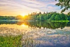 Salida del sol en un lago Imagen de archivo libre de regalías