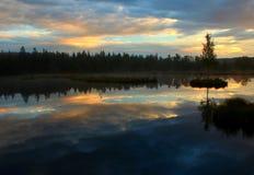 Salida del sol en un lago Fotografía de archivo