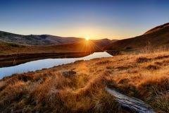 Salida del sol en un lago alto en las montañas Fotos de archivo