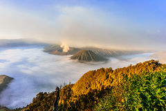 Salida del sol en un parque nacional más lluvioso del Mt Bromo, Indonesia fotos de archivo libres de regalías