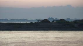 Salida del sol en un pueblo en el Irrawaddy Imagen de archivo