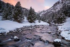 Salida del sol en un río nevoso de Ordino Foto de archivo libre de regalías