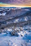 Salida del sol en un valle de la montaña en invierno Fotos de archivo libres de regalías