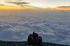 Salida del sol en un volcán fotos de archivo