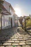 Salida del sol en una calle estrecha del adoquín Foto de archivo libre de regalías